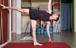 Ардха Чандрасана: как научиться правильно выполнять асану для сохранения баланса